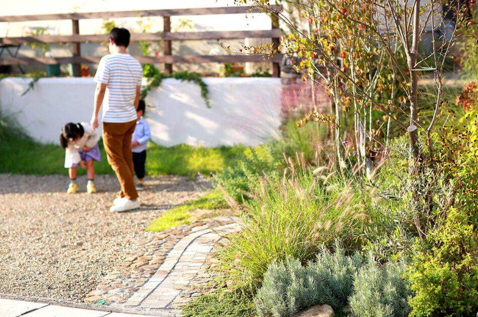 部屋と庭とを繋ぐ小さなウッドデッキ