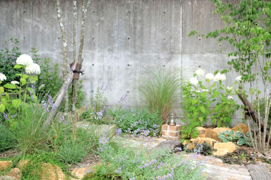 素朴な草花との相性がバツグン
