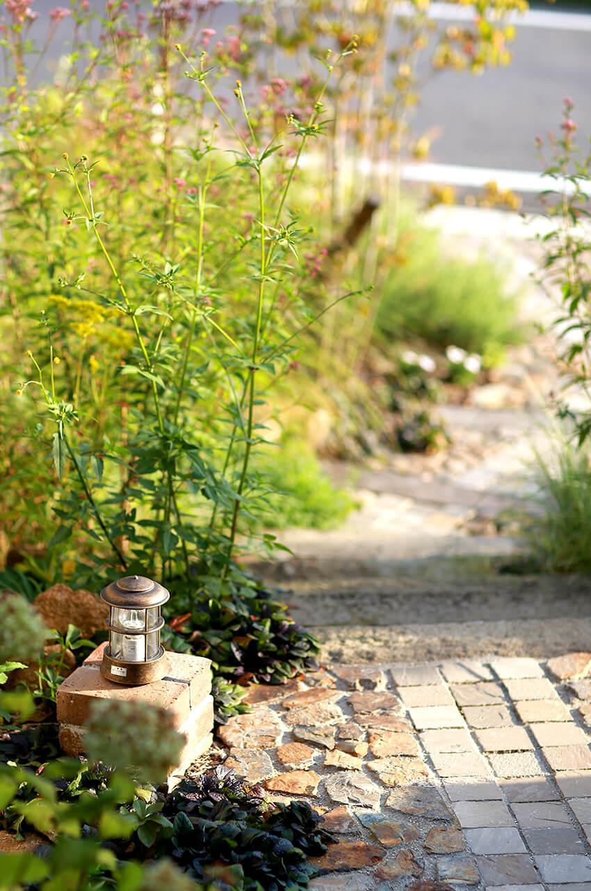 草花に挟まれた玄関まで続く小道